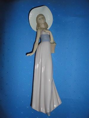Noa by Lladro Porclain LADY with STRAW HAT & BASKET ~ made in Spain