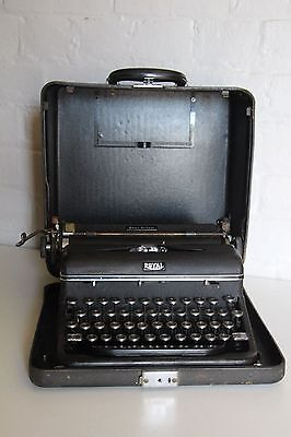 Antique ROYAL TYPEWRITER Quiet De Lux + Case ~ Excellent Condition ~  See Images