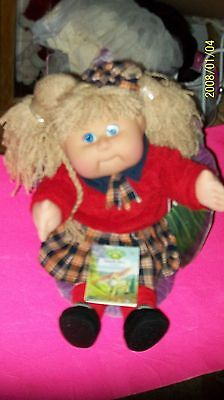 CABBAGE PATCH KID DOLL  TRU DOLLS  2002 girl complete as seen ashblond n leaf