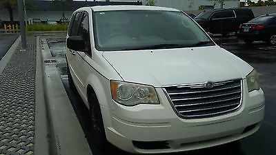 2009 Chrysler Town & Country  white chrysler town and country van with stow and go seats