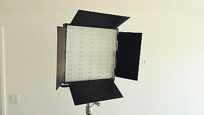 ePhoto CN-600 HS - 600 LED Dimmable Video/Photography Light Panel w/ Barn Doors