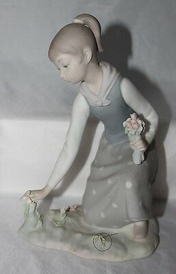 Lladro GIRL FIGURINE Picking flowers bouquet 1172 matte finish no box