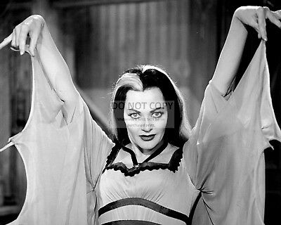 """Yvonne De Carlo As """"Lily"""" In """"The Munsters"""" - 8X10 Publicity Photo (Fb-068)"""
