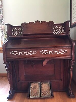 Beckwith Pump Organ Built in 1907 in good working condition. Beautiful cabinet.