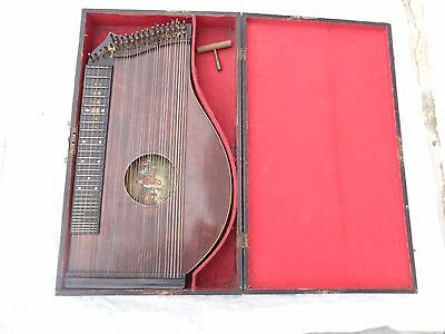 Alte Zither in Holzkiste
