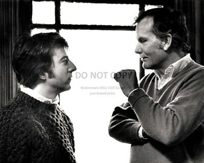 """Dustin Hoffman And Sam Peckinpah On The Set Of """"straw Dogs""""  8X10 Photo (Zz-946)"""