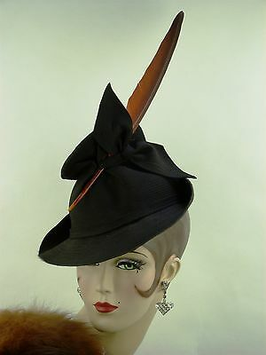 VINTAGE HAT 1940s FRENCH TILT TOPPER w SLOPING CROWN, BIG BOW & TALL RED FEATHER