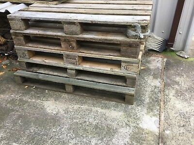 Fire wood free logs different sizes/ lot of pallets free to collect