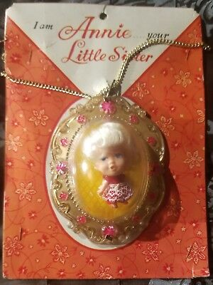 I AM ANNIE YOUR LITTLE SISTER 1960s Cameo Necklace w Doll Plastic Bubble NEW