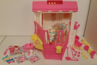 1995 Vintage Barbie Feeding Fun Stable and Nibbles Horse Picnic Set Model