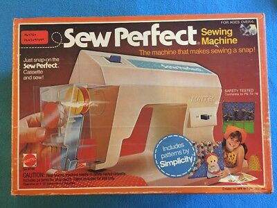 VINTAGE TOY SEWING Machine With Box - EUR 30,00 | PicClick IE