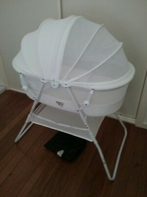 Valco Rico Baby Bassinet, 2 Fitted sheets & 2 mattress protectors.