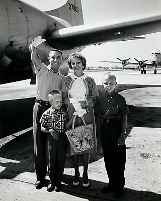 Astronaut Gus Grissom With His Family - 8X10 Nasa Photo (Op-759)