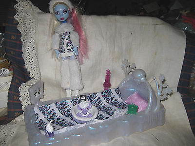 Monster High Abbey Bominable Bed Playset with Doll & Pet -Ice Bed