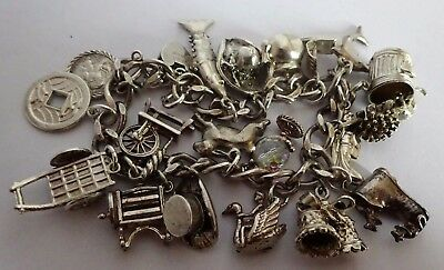 Beautiful vintage solid sterling silver charm bracelet & 19 silver charms (move)