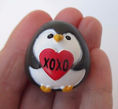 dd xoxo hugs kisses A PENGUIN KIND OF LOVE Stone figurine Ganz Valentine's day