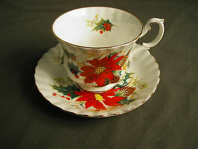 TEA CUP W/ SAUCER - YULETIDE ROYAL ALBERT - MADE IN ENGLAND - POINSETTIA - gh