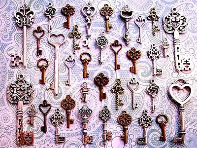 33 Antique Vtg Old Look skeleton key wind chimes steampunk Ornament charms 7A