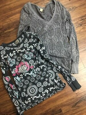 2BKE Boutique Print Tee Womens Size Medium Green V-Neck Buckle Shirt Top Lot