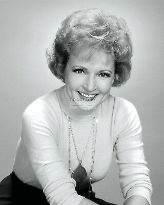 Betty White Actress And Comedian - 8X10 Publicity Photo (Ab-423)