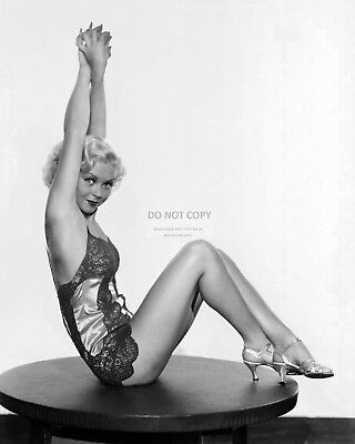 Actress Toby Wing Pin Up - 8X10 Publicity Photo (Ab-593)