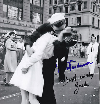 THE KISS 1945  V-J-DAY - orig. sign. photo Friedman (1924-2016) / Mendosa (1924)