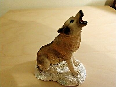 Seated Howling Wolf
