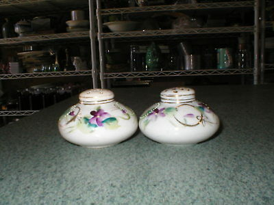 """Vtg Hand Painted Violets Round Flat Salt & Pepper Shakers 1 1/2"""" Tall Gold Trim"""