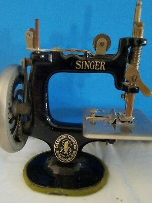 VINTAGE SMALL CHILDS Cast Iron Miniature Singer Crank Sewing Machine Inspiration Miniature Singer Sewing Machine