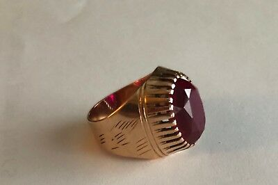 Beautiful Women Antique gold ring 14K with red ruby stone.