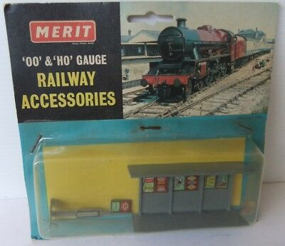 MERIT RAILWAY ACCESSORIES Shelter Pack (new in packet) and Passengers