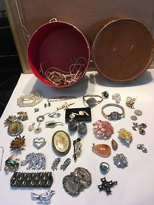 JOB LOT OF VINTAGE & COSTUME JEWELLERY watches brooches pendants cuff links etc