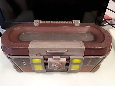 Borderlands 2 Loot chest with associated items