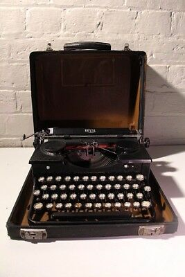 Antique Royal ~ Portable Typewriter ***** Good Condition *****