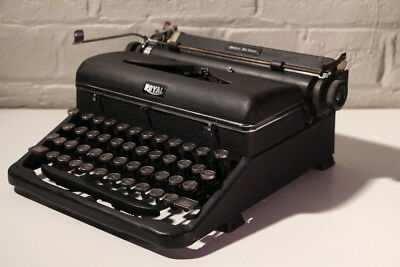 Antique Royal ~ Quiet De Luxe ~ Typewriter  ***** Great Condition *****