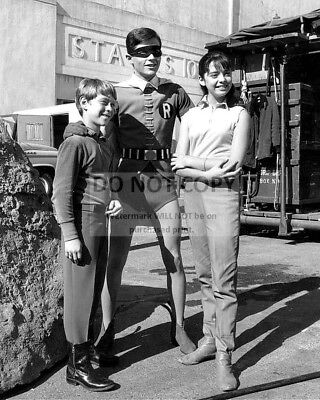 Billy Mumy, Burt Ward And Angela Cartwright - 8X10 Publicity Photo (Aa-605)