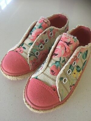 Gurl's Canvas Shoes Size:24. Near new condition.