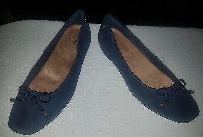 Ladies size 7 navy blue leather flats shoes Clarks hardly worn great quality
