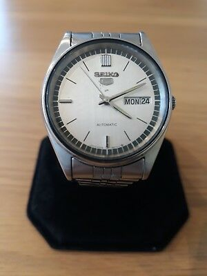 Vintage Seiko 5 Watch Pre Owned. Day And Date At 3 O'clock. Good Size Bracelet.