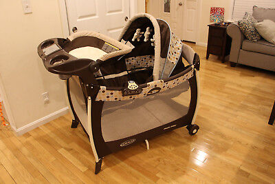 Graco Pack 'n Play Playard with Cozy Quilted Bassinet, Changer and Lights - Deco