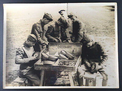 Group of American Soldiers Loading Drum Magazines in the field WW1 Press Photo