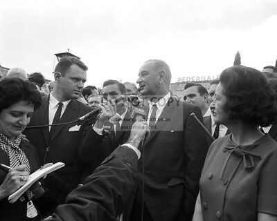 LYNDON B. JOHNSON SPEAKS w/ REPORTERS ON ELECTION DAY 1964 - 8X10 PHOTO (BB-922)