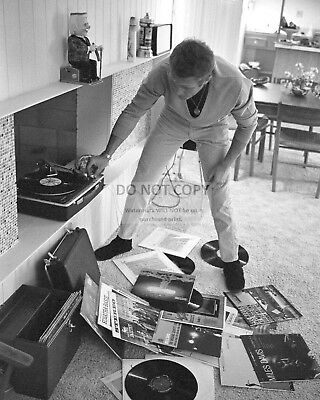 STEVE McQUEEN ENJOYING SOME MUSIC AT HOME - 8X10 PUBLICITY PHOTO (CC-060)