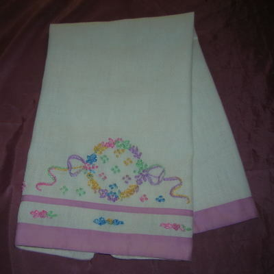 Vintage Hand Embroidered Huck Linen Guest Towel Flowers Wreath