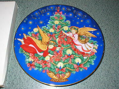 "Avon 1995 Christmas Collector's Plate ""Trimming The Tree"" With Original Box"