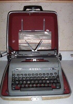 Very Nice Vintage Royal Quiet Deluxe Portable Typewriter, Great Case & Brush