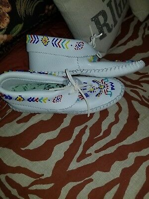 TAOS WHITE LEATHER THUNDERBIRD MOCCASINS~HAND BEADED/LACED size 6 1/2 NWOB