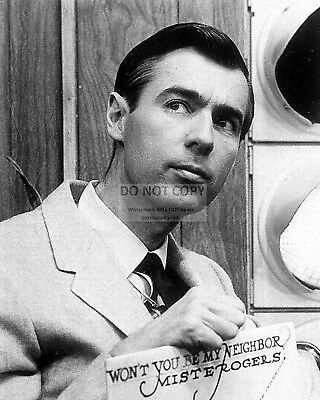 """Fred Rogers In """"mister Rogers' Neighborhood"""" - 8X10 Publicity Photo (Da-269)"""