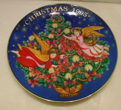 Avon Trimming The Tree 1995 Christmas Plate Artist Biggie Tool 22 Karat Gold