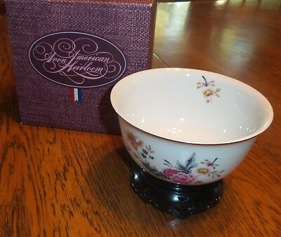 Avon American Heirloom Independence Day 1981 Porcelain Bowl w Display Stand Box